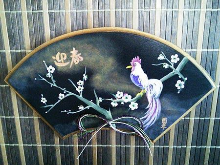 春を呼ぶ尾長鶏の扇飾り